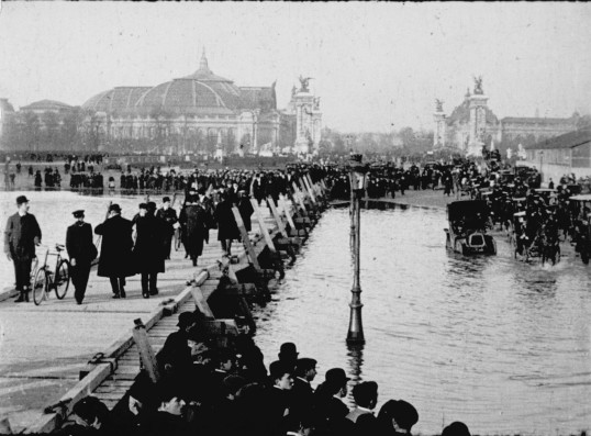Paris inondé (Paris Flooded), 1910, 6 min, black-and-white 35mm film. France, Production Gaumont