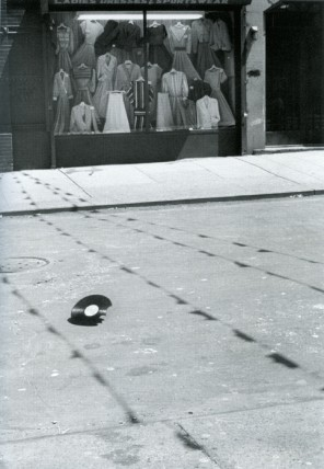 Helen Levitt, NYC, b&w photograph, 1981. © Estate of Helen Levitt, courtesy Laurence Miller Gallery, New York.